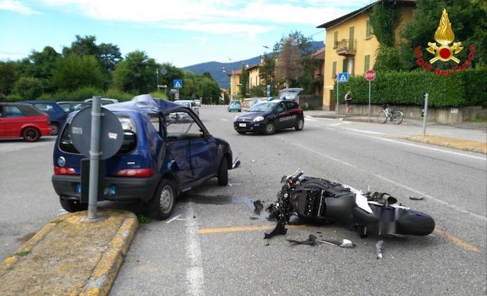 Scontro auto-moto, gravemente ferita una ragazza