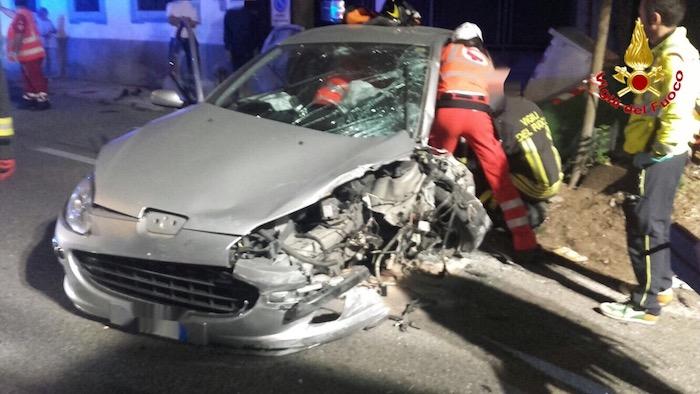 Incidente nella notte, perde il controllo dell'auto e finisce contro un muro. Tre ragazzi feriti