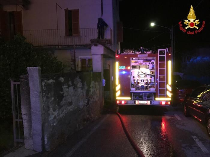 Nella notte incendio in una casa Brissago Valtravaglia. Edificio inagibile