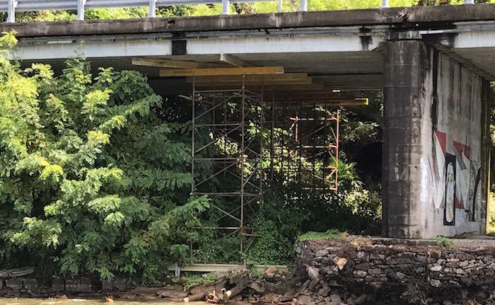 Una struttura di sostegno su un tratto di strada verso Colmegna, il sindaco scrive ad Anas