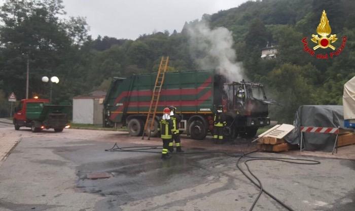 In mattinata un camion Econord in fiamme a Castello Cagliaglio