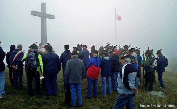 Festa degli Alpini di Luino sul monte Cadrigna, oltre 100 le persone presenti