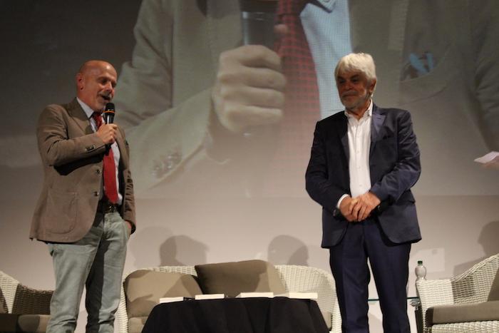 Premio Chiara alla Carriera, Valerio Massimo Manfredi ammalia il Teatro Sociale di Luino