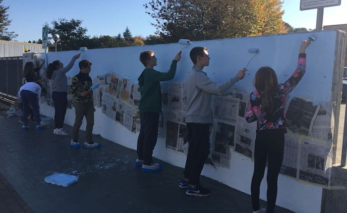 Germignaga, il murale dei ragazzi delle Scuole Medie regala un nuovo volto all'istituto