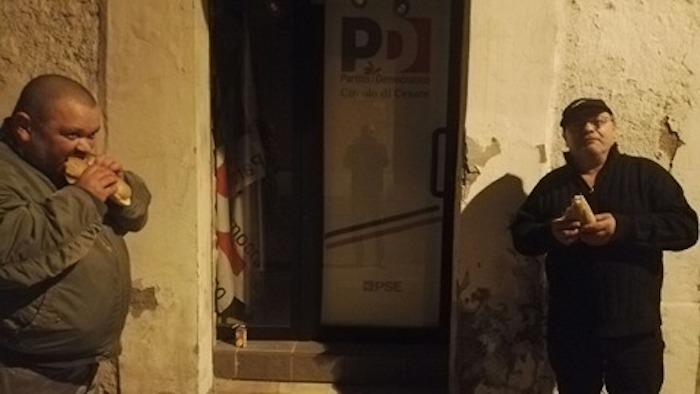 Ius Soli, militanti Forza Nuova mangiano panini contro lo sciopero della fame del PD