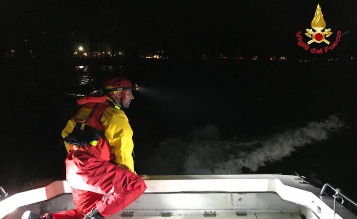 Maccagno: rimane in balia del vento forte sul lago, windsurfista si salva