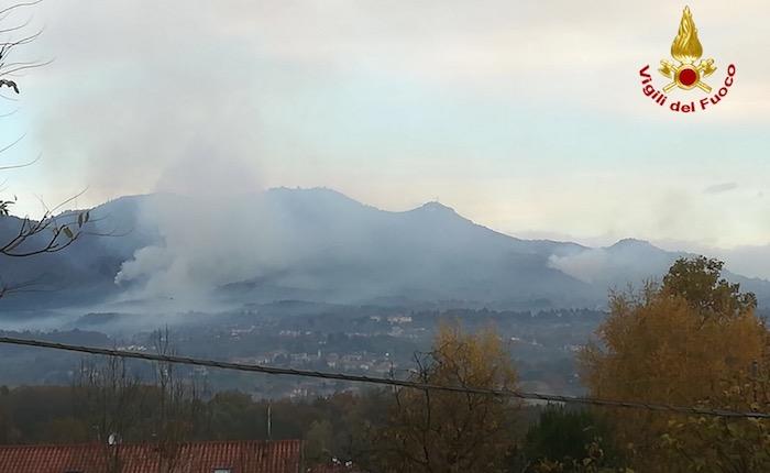 Incendio Campo dei Fiori, evacuate altre persone. La situazione rimane critica