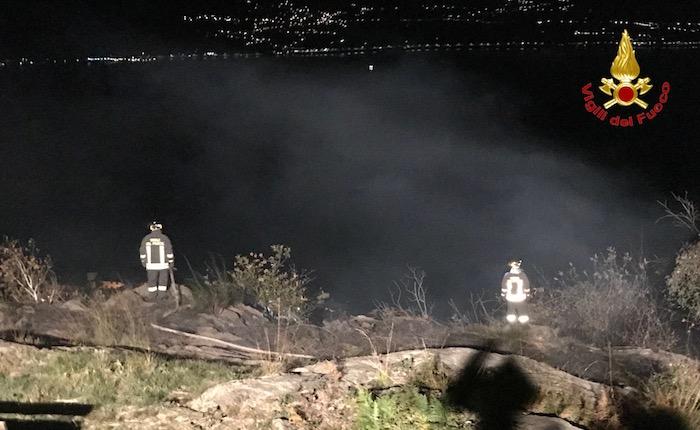 Il forte vento alimenta l'incendio a Pino, nella notte ingente intervento dei Vigili del Fuoco