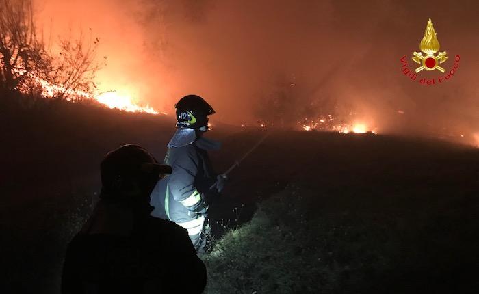 Incendio Campo dei Fiori, le fiamme minacciano anche l'Osservatorio. Situazione ancora critica