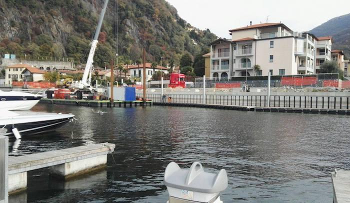 Maccagno, continuano al porto della Gabella i lavori per la posa delle parti galleggianti