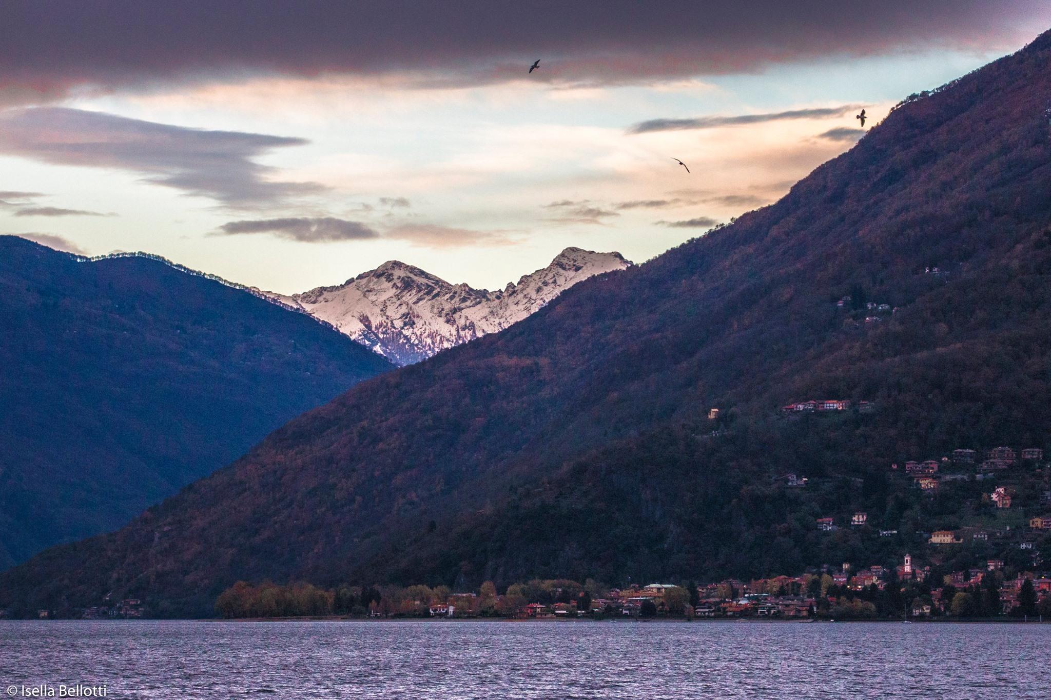 La prima neve anche sulle montagne al di là del lago. La foto è di Isella Bellotti