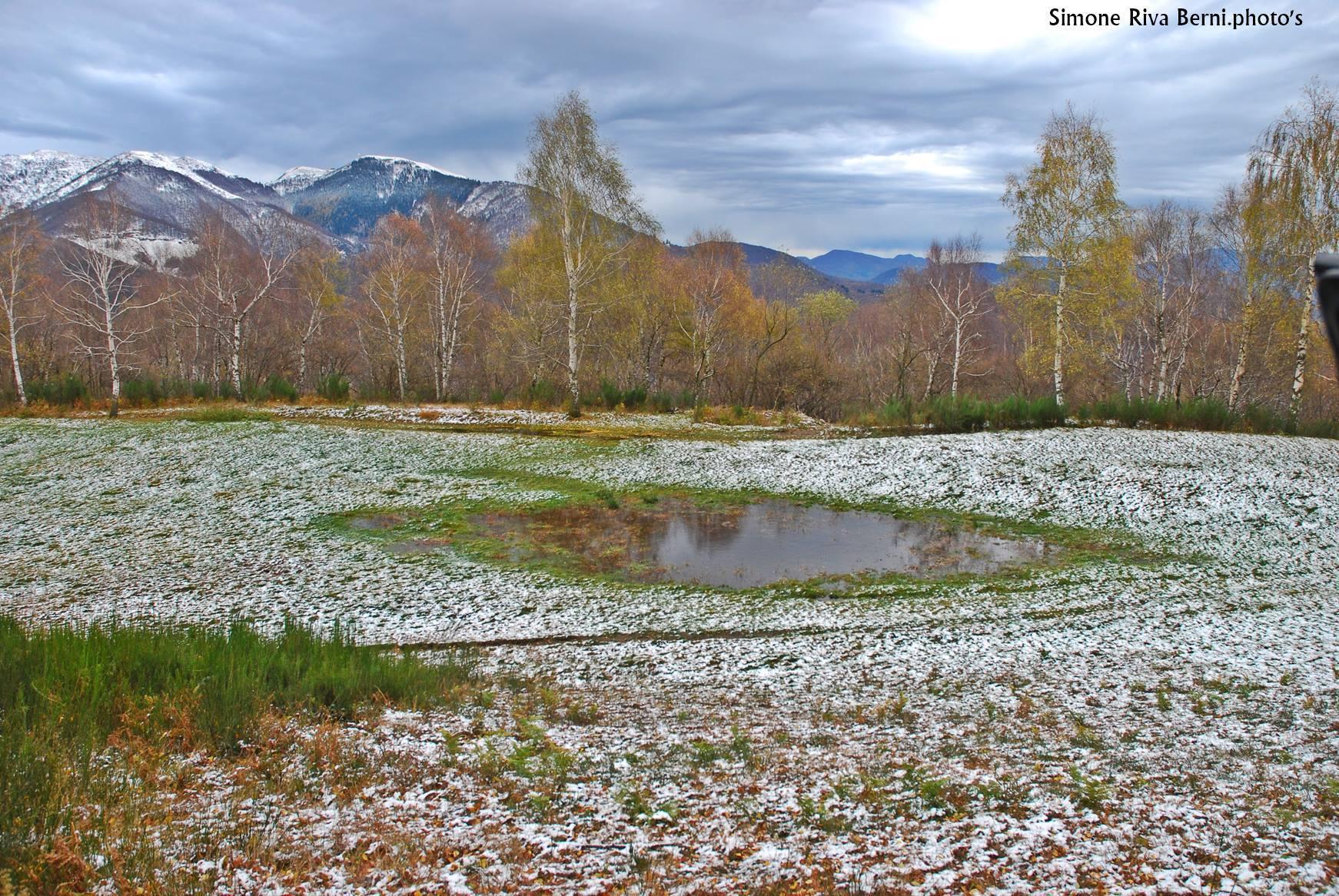 La magia della neve in autunno a Monterecchio. La foto è di Simone Riva Berni