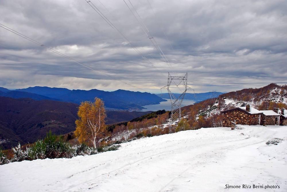 La prima neve colora le montagne luinesi. Le suggestive foto di Simone Riva Berni