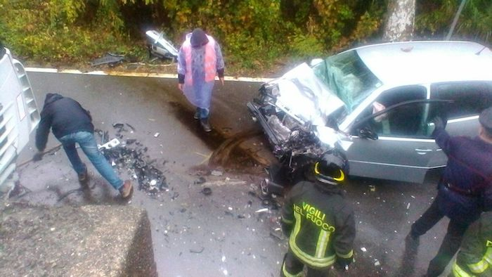 Frontale tra auto e tir a Castelveccana, ferito portato via in elisoccorso. Disagi alla circolazione