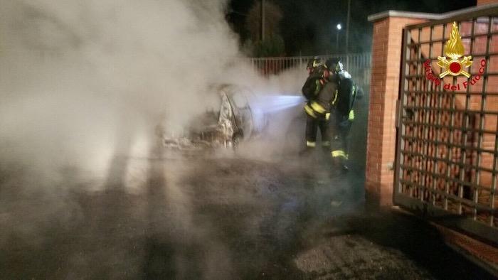 Nella notte in fiamme un'auto a Castelveccana