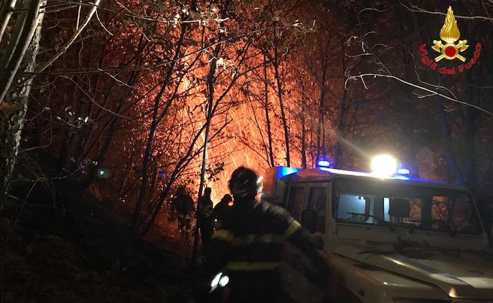 Valganna, ancora al lavoro per spegnere le fiamme nei boschi di Mondonico