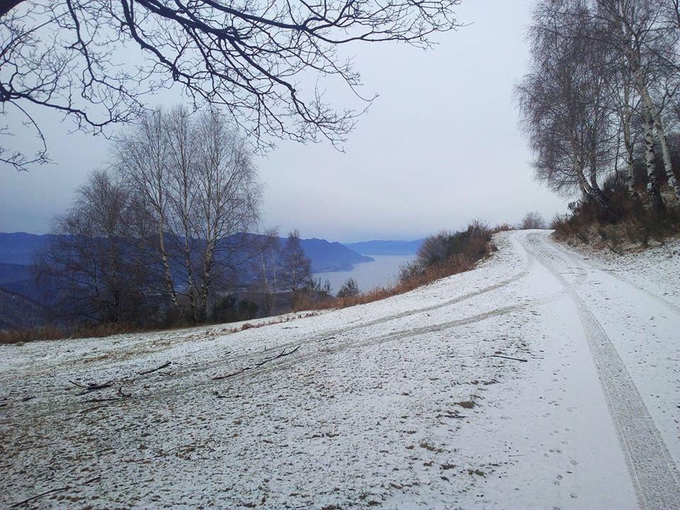 Il panorama innevato sul lago Maggiore. La foto è di Simone Riva Berni