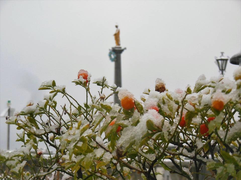 La neve e la Madonnina del Porto di Luino. La foto è di Candido Quatrale