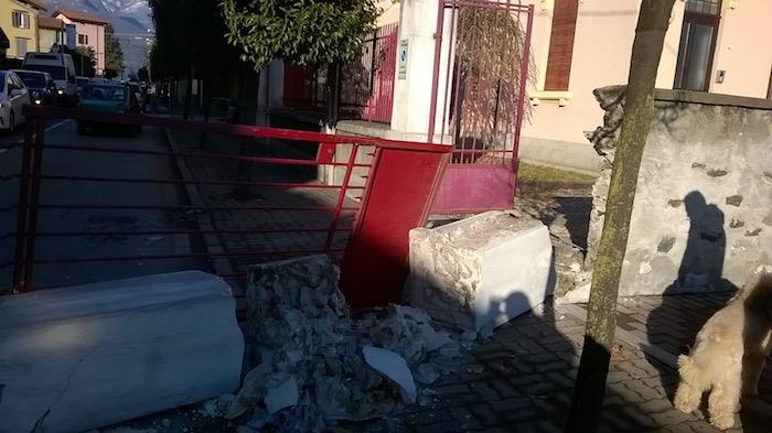 Crolla in strada un pilastro del cancello del Cinema di Germignaga