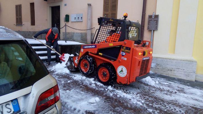 Cremenaga, dal sindaco alle dipendenti comunali: tutti al lavoro per pulire i vialetti dalla neve