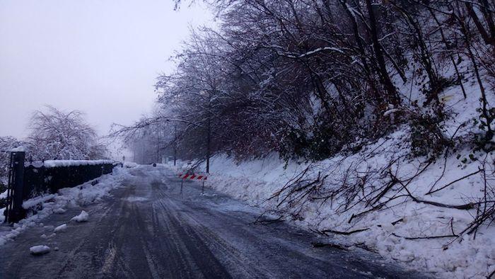 Cremenaga, dal sindaco alle dipendenti comunali: tutti al lavoro per pulire le strade dalla neve