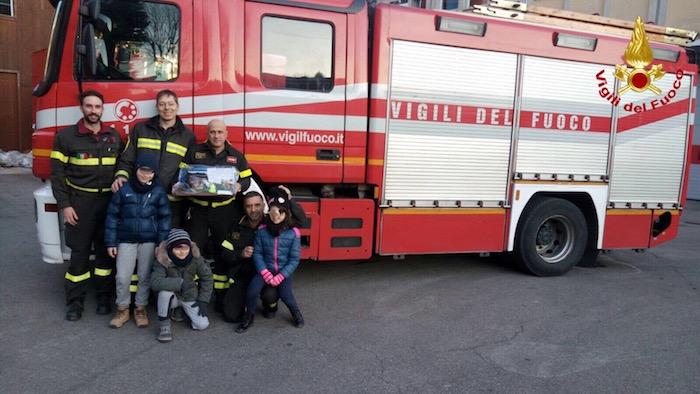 I bambini regalano ai Vigili del Fuoco il presepe fatto con i resti dell'incendio del Campo dei Fiori