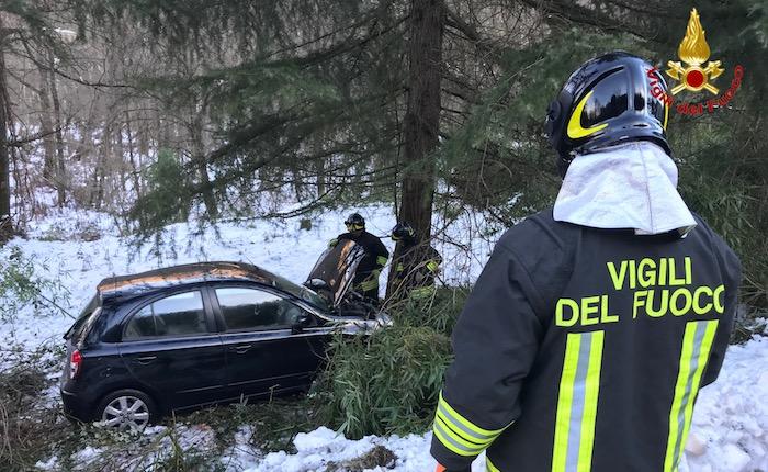Cadegliano Viconago, auto contro un albero. Coinvolti due uomini