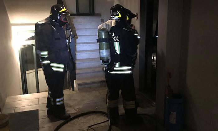 In fiamme un appartamento a Mesenzana, donna salvata dal vicino