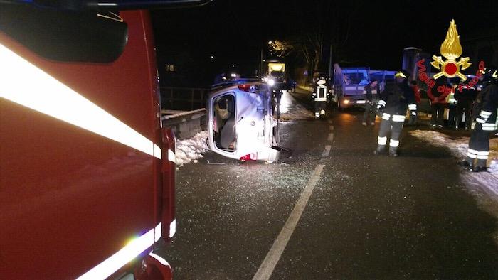Auto si ribalta a Porto Valtravaglia dopo uno scontro con un furgone, coinvolta una 78enne