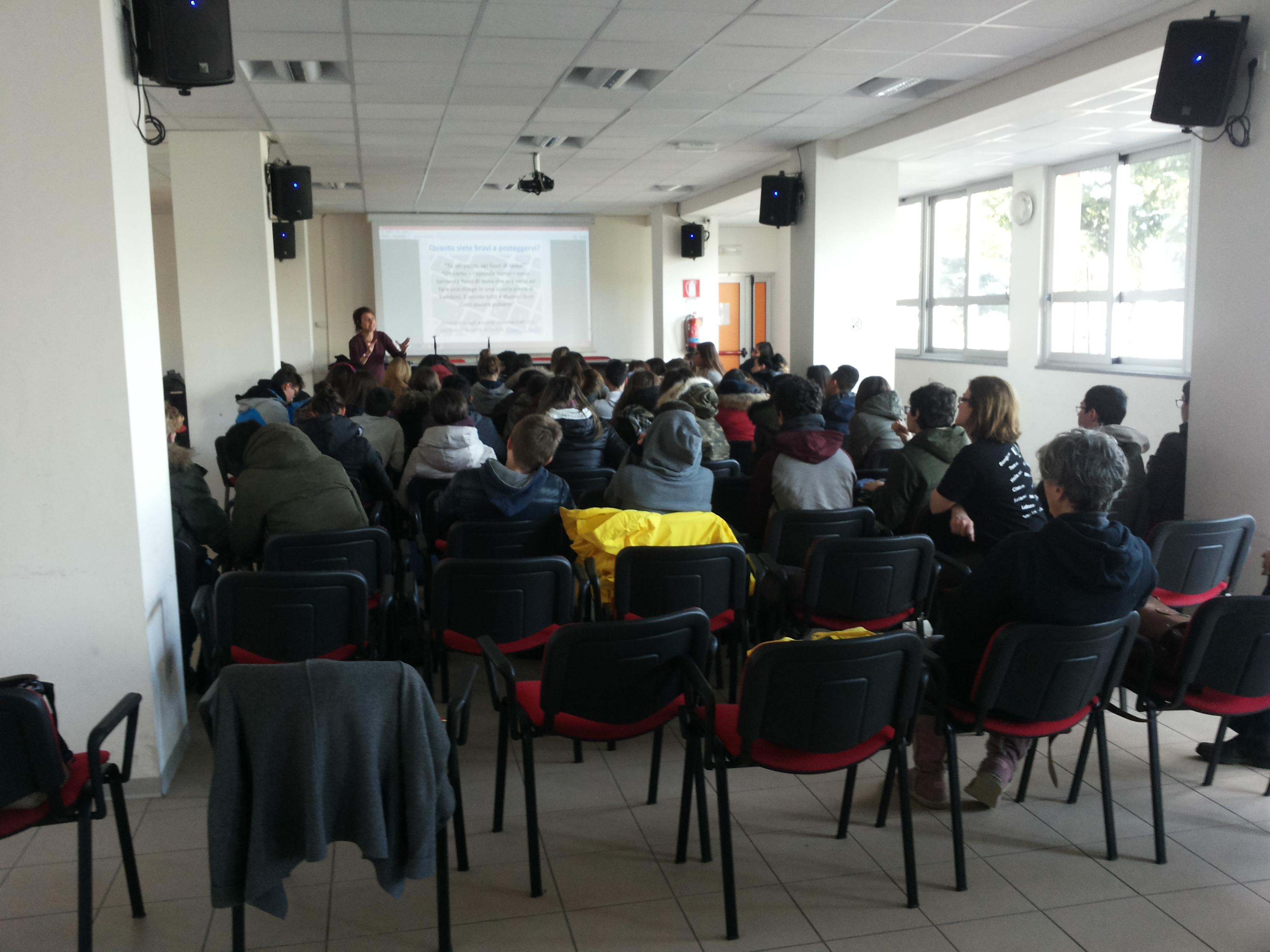 Luino, presentati i corsi scolastici su social network e cyberbullismo