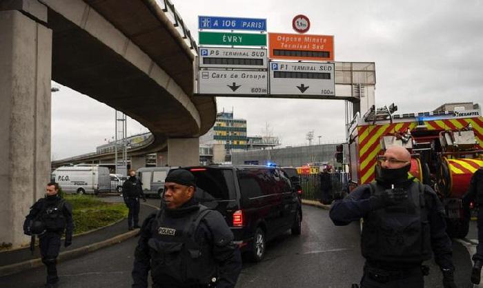 Sparatoria all'aeroporto di Parigi Orly questa mattina, ucciso un uomo.
