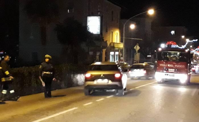 Cede l'asfalto a Laveno, i vigili del fuoco liberano un furgoncino rimasto incastrato in strada