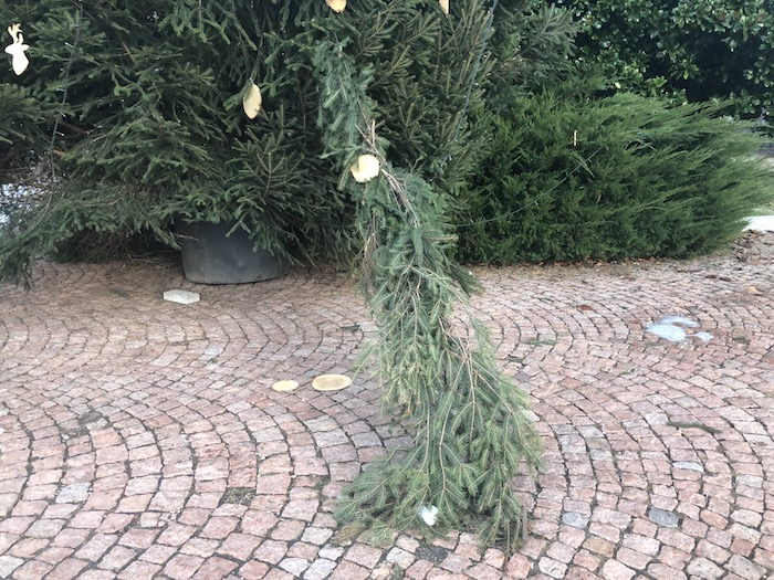 Danneggiate le luminarie natalizie anche a Luino e Brezzo di Bedero