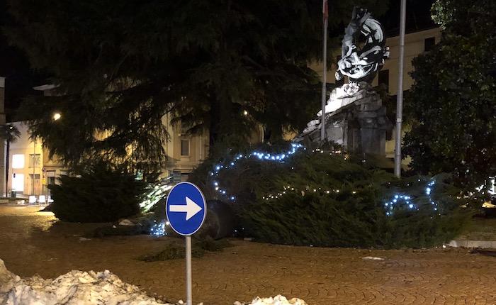 Luino, il forte vento abbatte l'albero di Natale della Pro Loco