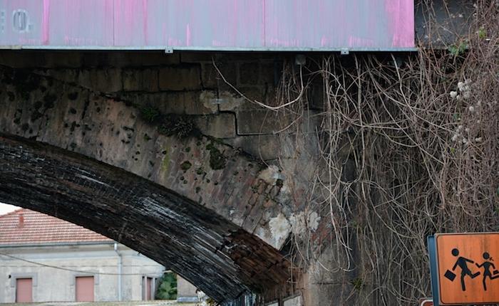 Luino, cadono calcinacci dal ponte in viale Dante. Intervengono i tecnici