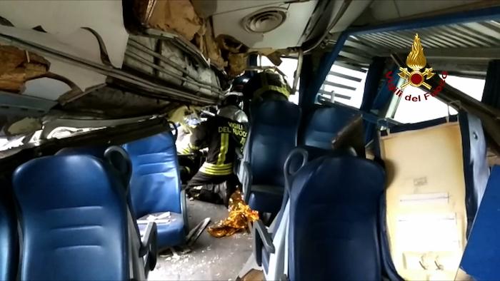 Deraglia un treno Trenord a Milano, due morti e dieci feriti gravi