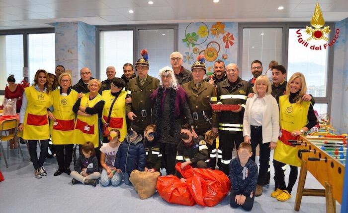 La Befana dei vigili del fuoco porta le calze ai bambini dell'Ospedale del Ponte
