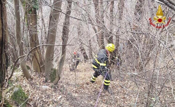 Si perdono nel bosco e rimangono bloccati in un crepaccio, salvata coppia di escursionisti