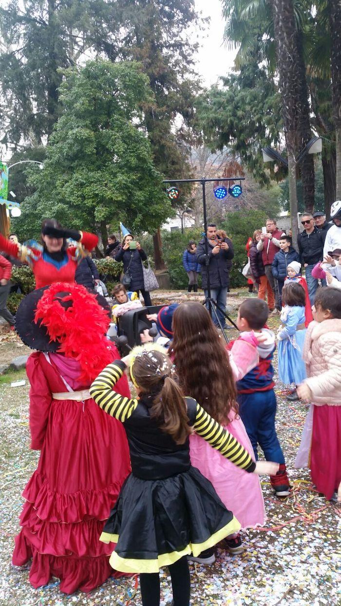 Luino, le strade e il Parco Ferrini si colorano di Carnevale e bambini. Ecco le foto