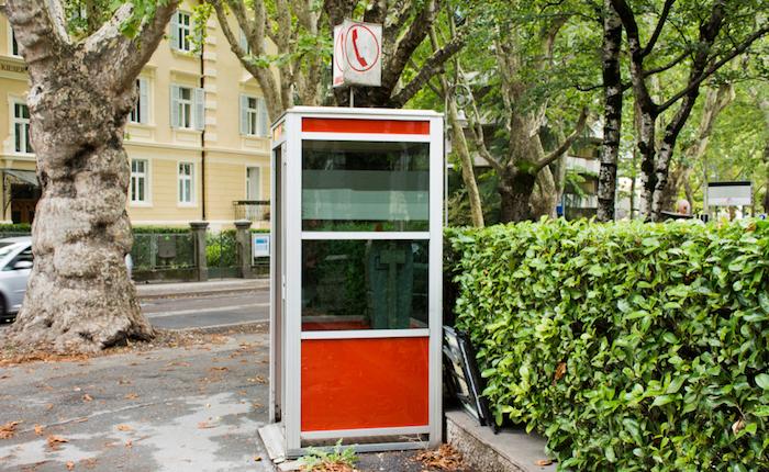 Cabina Telefonica : Distrugge una cabina telefonica ai domiciliari un 47enne a laveno