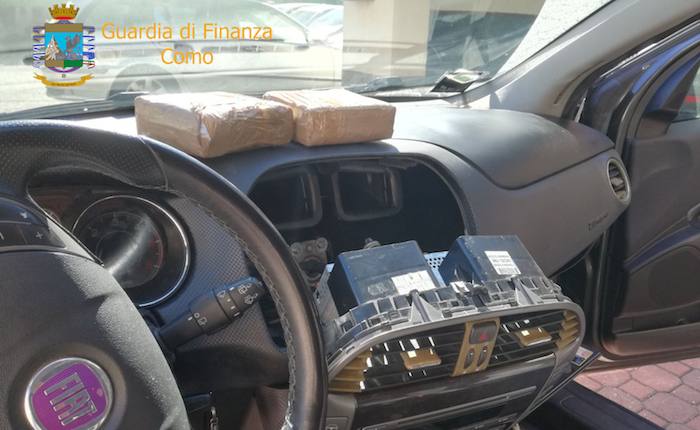 Traffico di stupefacenti, nascondeva un chilo di cocaina nel vano autoradio. Un arresto