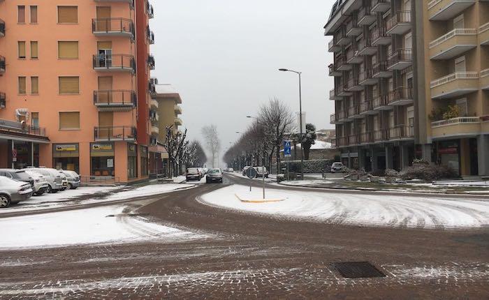 Risveglio sotto la neve, l'Alto Varesotto ancora imbiancato. Temperature gelide