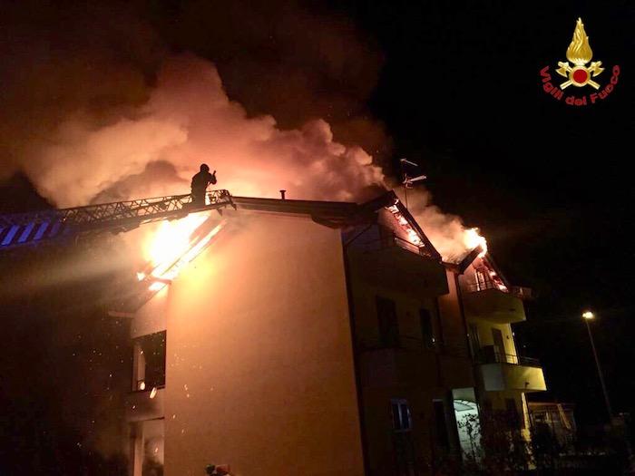 In fiamme il tetto di un palazzo e un appartamento, ingente l'intervento dei vigili del fuoco