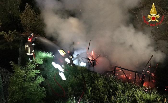 Incendio a Brissago Valtravaglia, in fiamme una roulotte