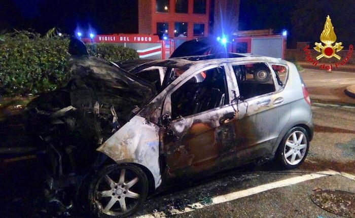Distrutte dalle fiamme altre due auto, indagano i Carabinieri