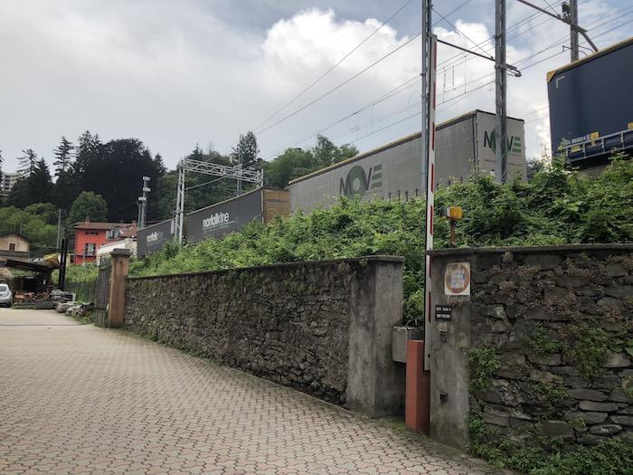 Luino, Primi su strada e passaggio a livello: