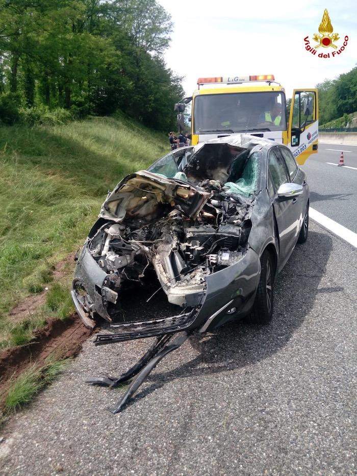 Macchina contro guardrail in autostrada, ferita una donna