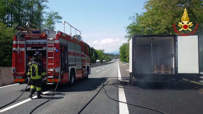 Furgone a fuoco in autostrada, ecco foto e video