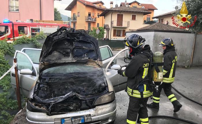 In fiamme un'auto a Germignaga