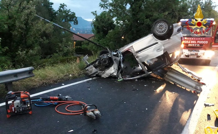 Grave incidente all'imbocco dell'autostrada, auto si ribalta. Due morti